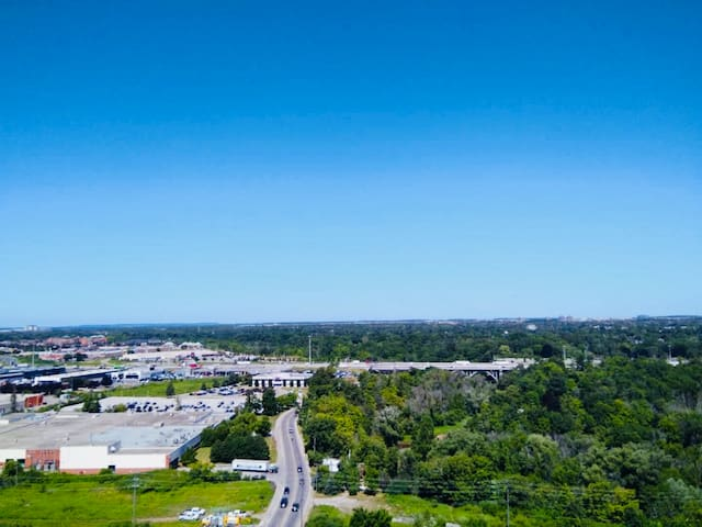Oakville Condo with Perfect Location and Amenities