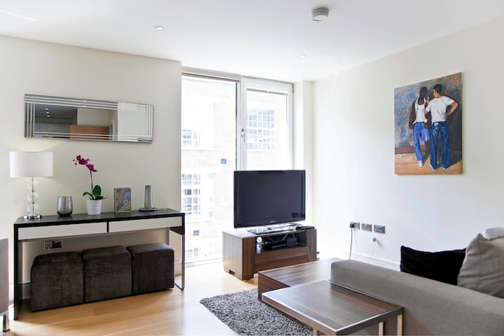 Luxury 2-Bed Flat with Balcony, 15min to West End