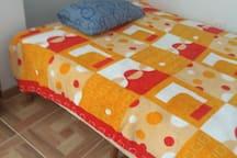 Es la cama de dos plazas de la habitación que además cuenta con camarote(plaza y media) , indicado en foto anterior, todas las 3 habitaciones poseen  closet y mesa de noche. además una cuarta habitación tiene una cama de plaza y media.