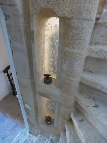 Escalier qui monte vers la chambre avec terrassse