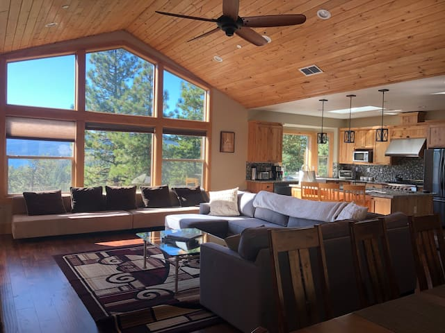 Large 4 bdrm + game room luxury home w/ VIEWS!