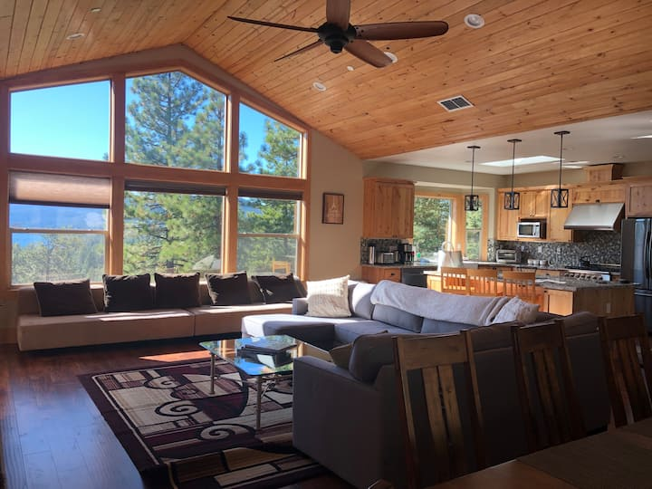 Large home w/ views! Hot tub, BBQ, close to town!