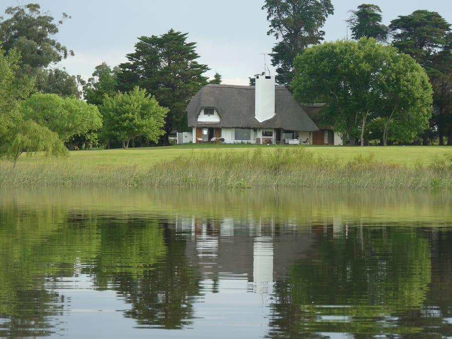 Vista de la casa desde la laguna