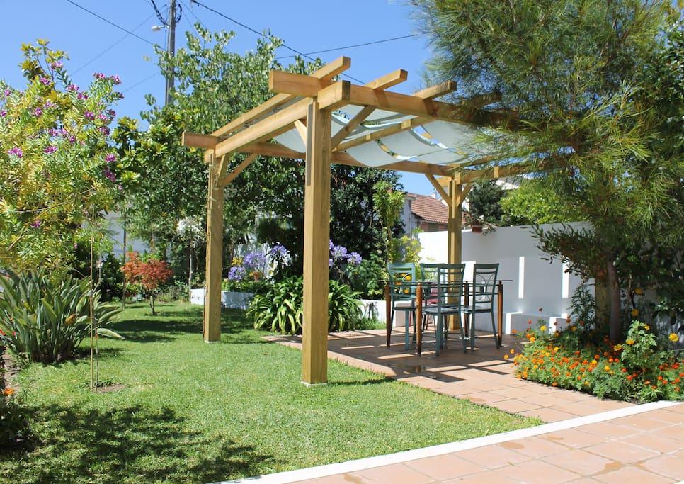 jardim da pérgula / front garden / jardin principal