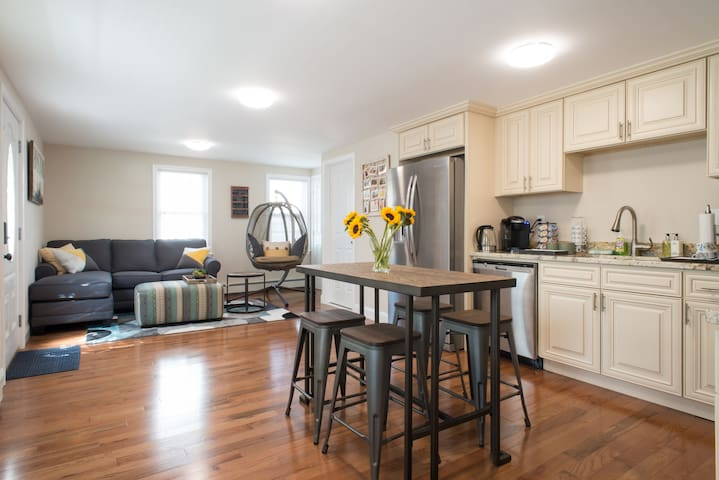 ★ Sunny, Spacious & Modern ★ Great For Couples ★