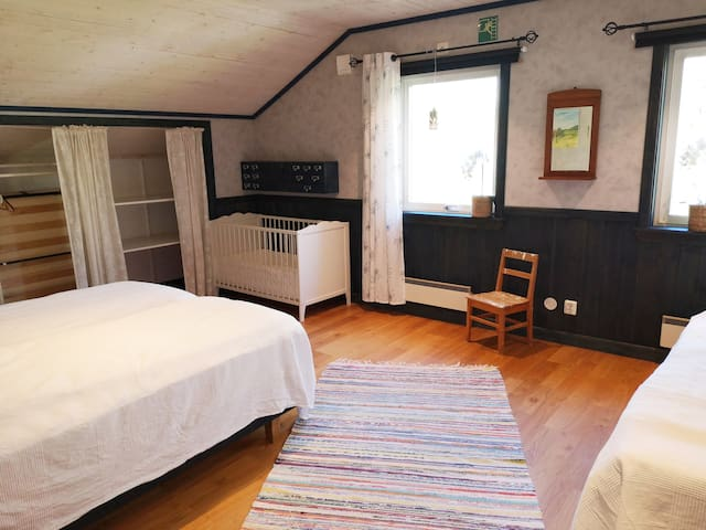Sovrum 4 övervåning. Finns kudde och täcke även till spjälsäng