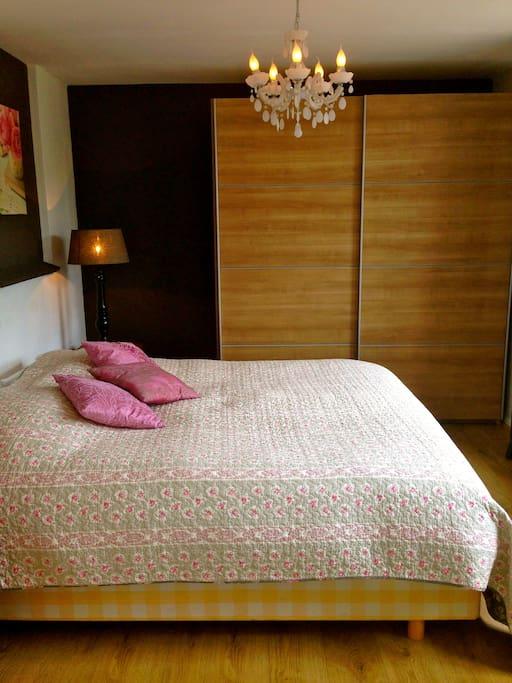 Aparte slaapkamer met grote kledingkast