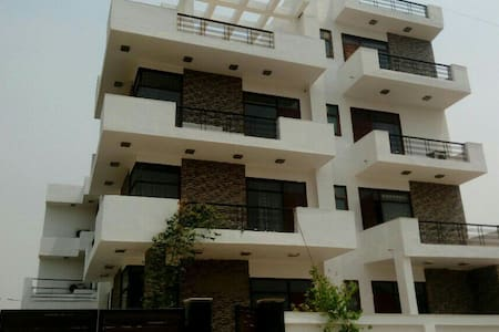 Front View - Noida - Bed & Breakfast