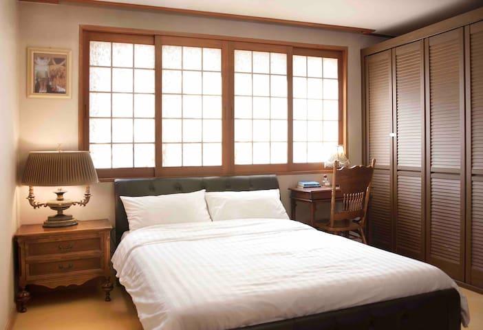 두번째 안방입니다. 퀸사이즈 침대와 빌트인 옷장, 전신거울이 있습니다.