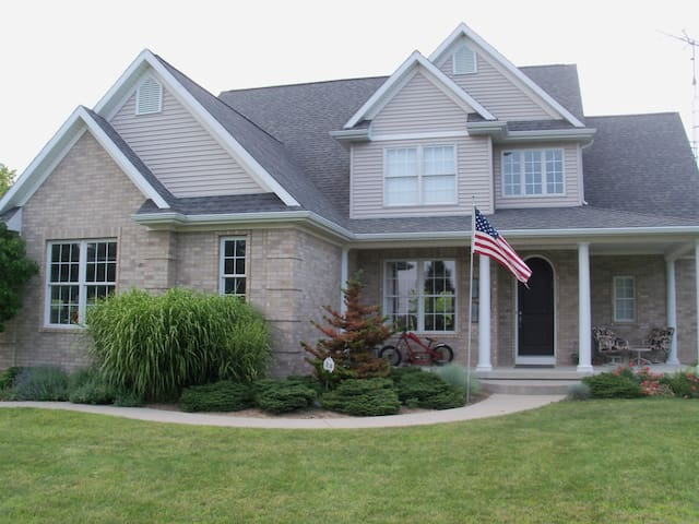 Beautiful new home at Scenic Lake  - Laingsburg - Hus
