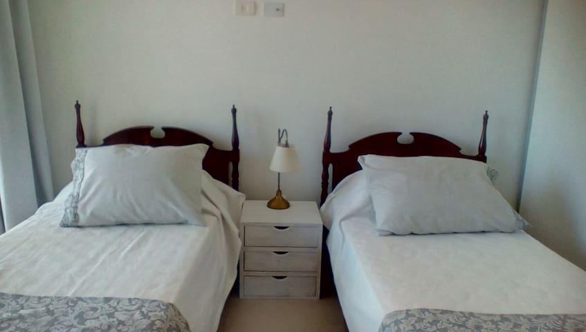 Cuarto con tres camas, dos simples y una que se saca de abajo de la cama