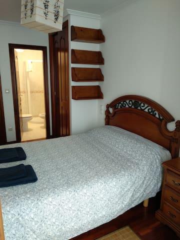 Habitación con baño, galería y cama de 1'35