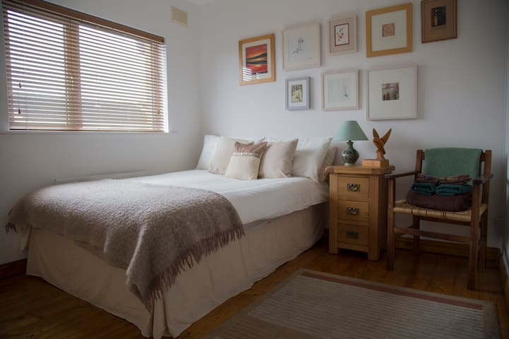Beautiful Bright Double, 5 mins drive from City - Galway - Talo