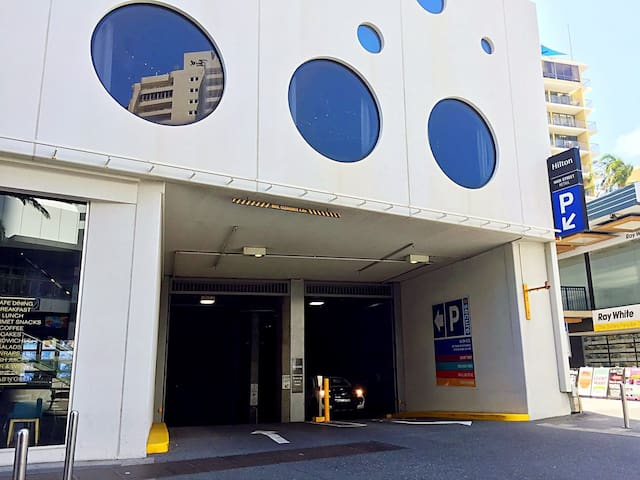 Hilton Tower Parking entrance(6 Orchid Ave, Surfers Paradise, QLD). Free Parking during your stay. 希尔顿大楼地下车库入口(6 Orchid Ave, Surfers Paradise, QLD). 入住期间免费停车.