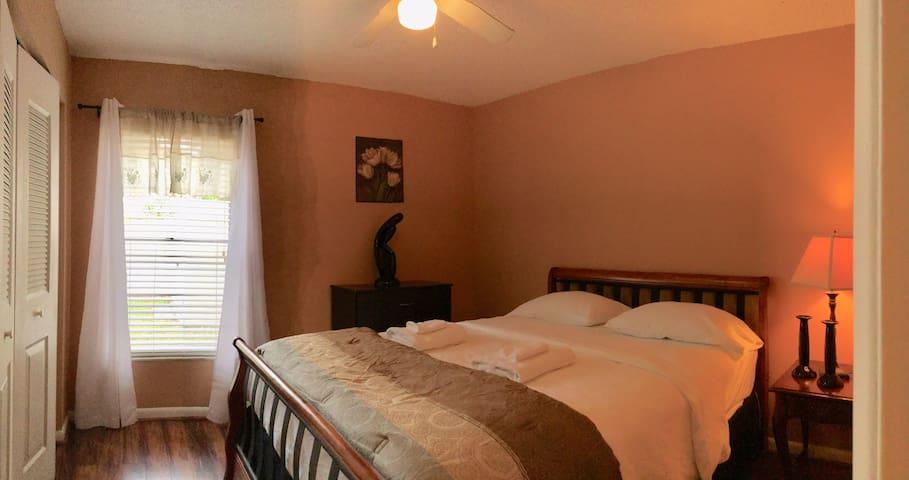 2nd bedroom (1 queen bed)