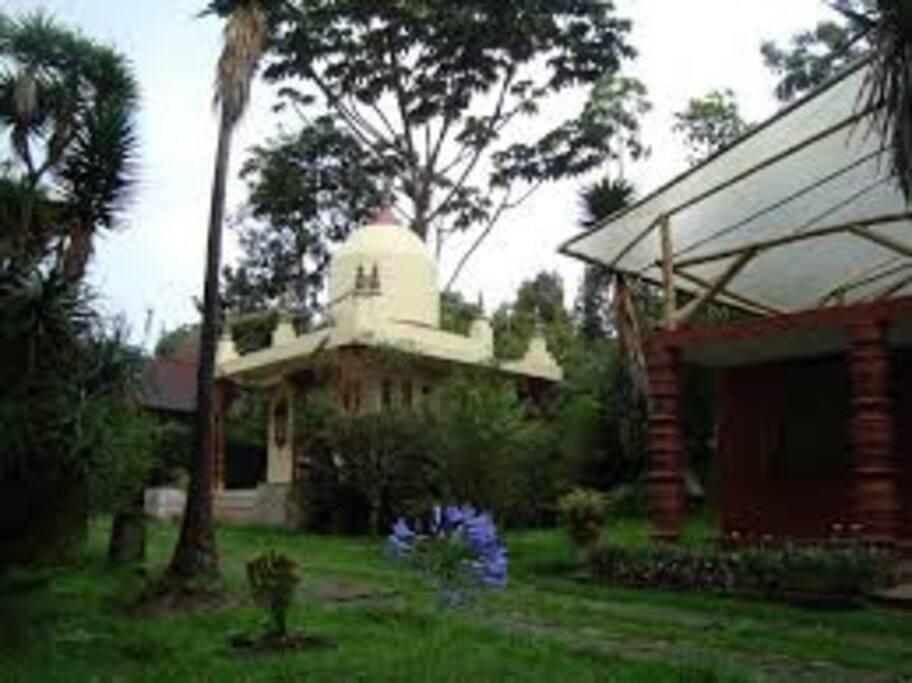 Panorámica casa al lado del templo Samadhi