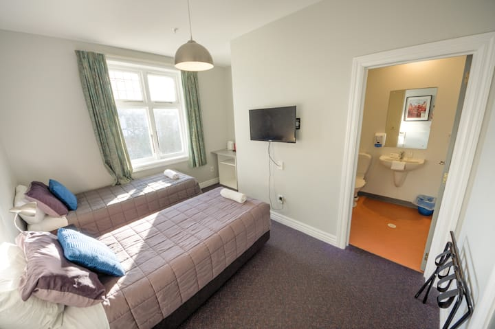 Twin Ensuite - YHA Christchurch