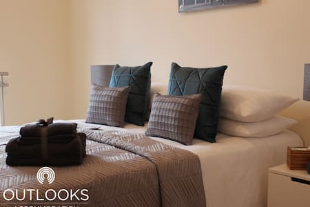 Liverpool House - Sleeps Up to 11 - Next to Station 13 Mins to Liverpool