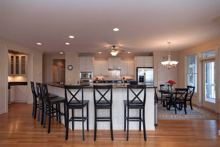 Lacy Cottage (Lower Unit)-Luxurious upscale duplex in the heart of Wrightsville Beach