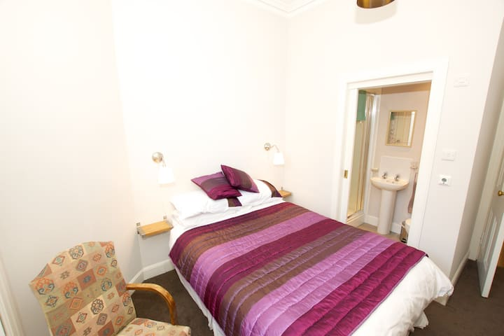 Warm, peaceful double room with private showerroom