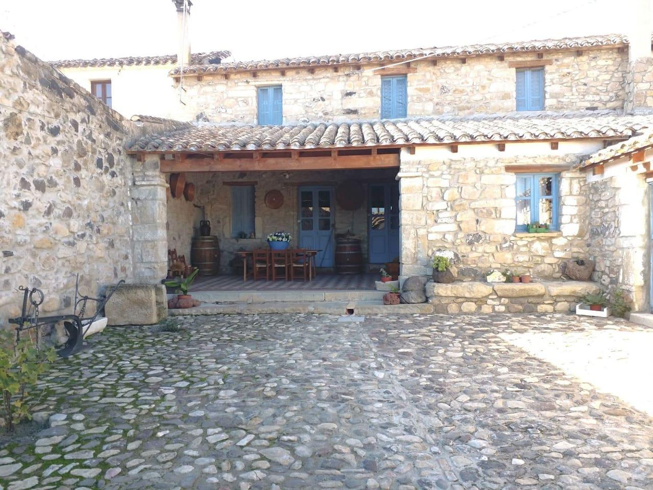 casa agricola del fine '700 inizi '800, situata nel centro storico del paese, ricca di storia, profumi, sapori, tradizioni del passato.