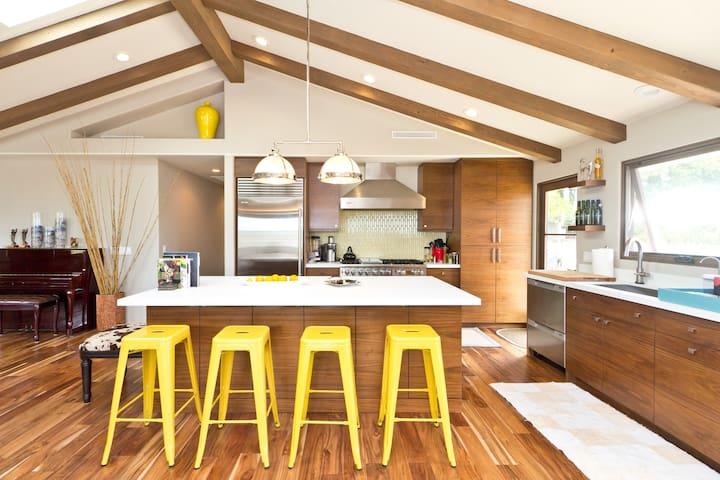 Modern,Spacious, patio living Mesa Home