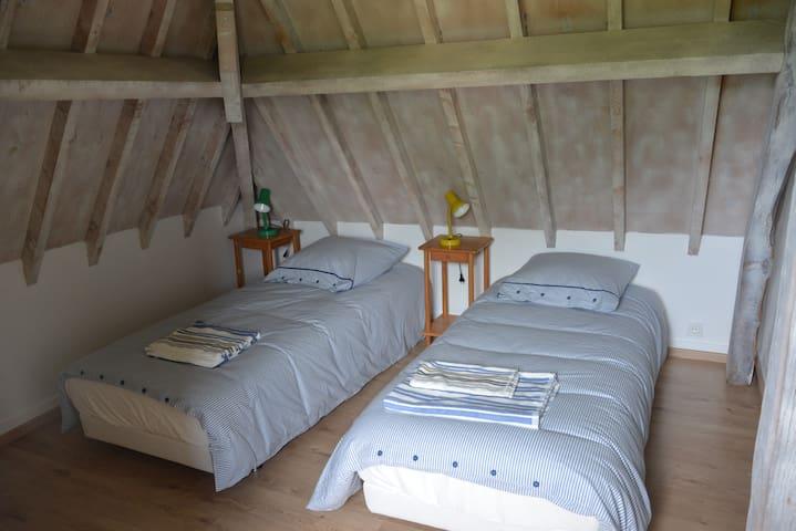 Chambre sud avec 2 lits.
