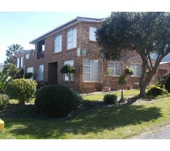 Spacious well appointed house close to Harbour - Kleinmond