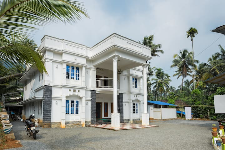One Bedroom near natural retreat of Athirapilly - Kerala - House