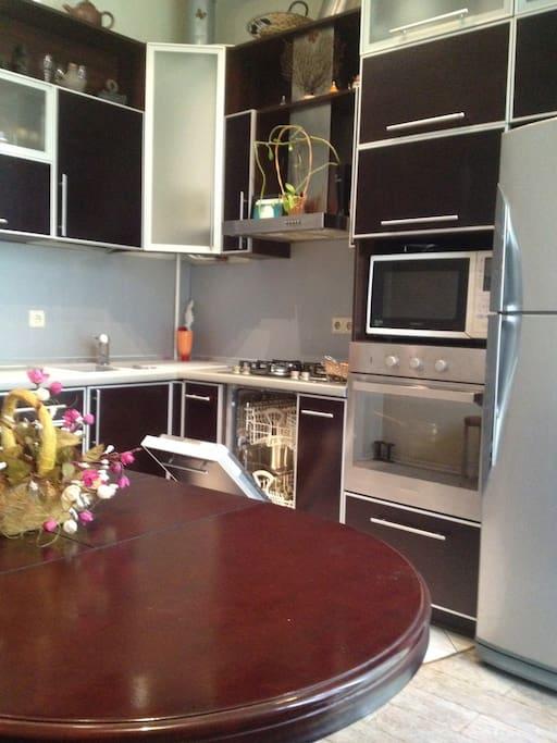 Кухня укомплектована бытовой встроенной техникой (посудомоечная,стиральная машины,духовой шкаф,комбайн,микроволновка,газ.плита,автономное отопление ,Подогрев полов,вся современная посуда)