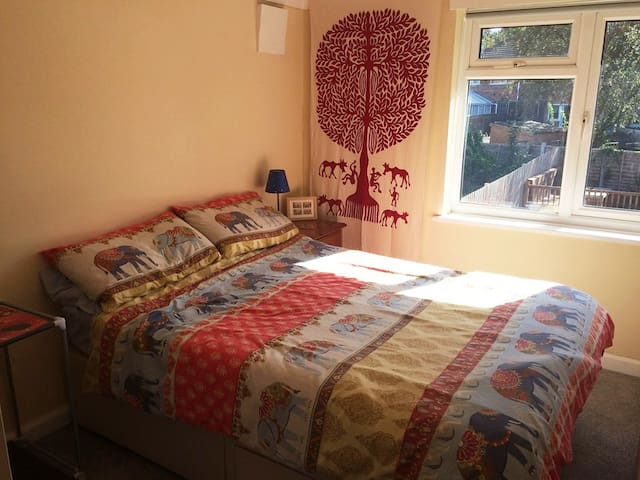 Honeyhome - A peaceful, garden-view double bedroom