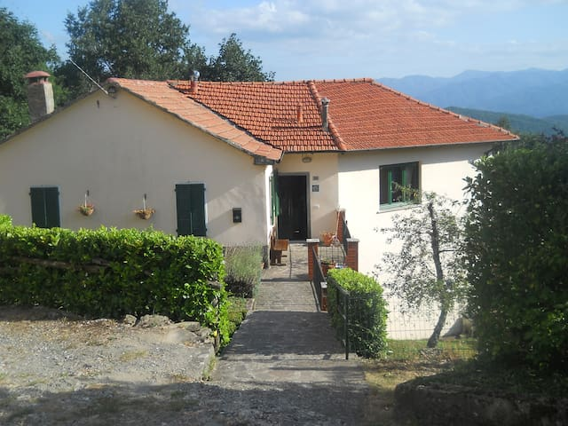 Independent house with beautiful views in village - Montelungo