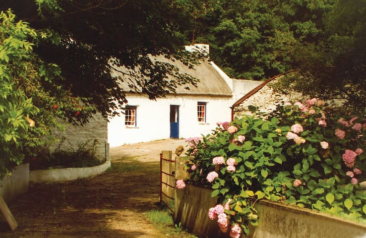 Graham's Irish Thatched Cottage. - Kerrykeel, Letterkenny