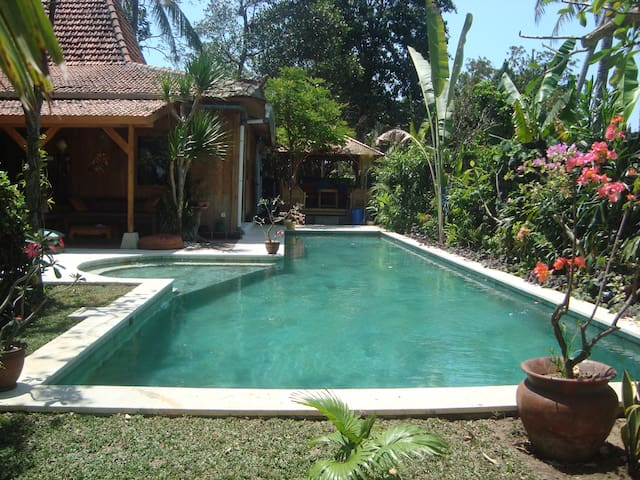 Villa 500m from the surf beach traditional village for Traditionelles haus bali