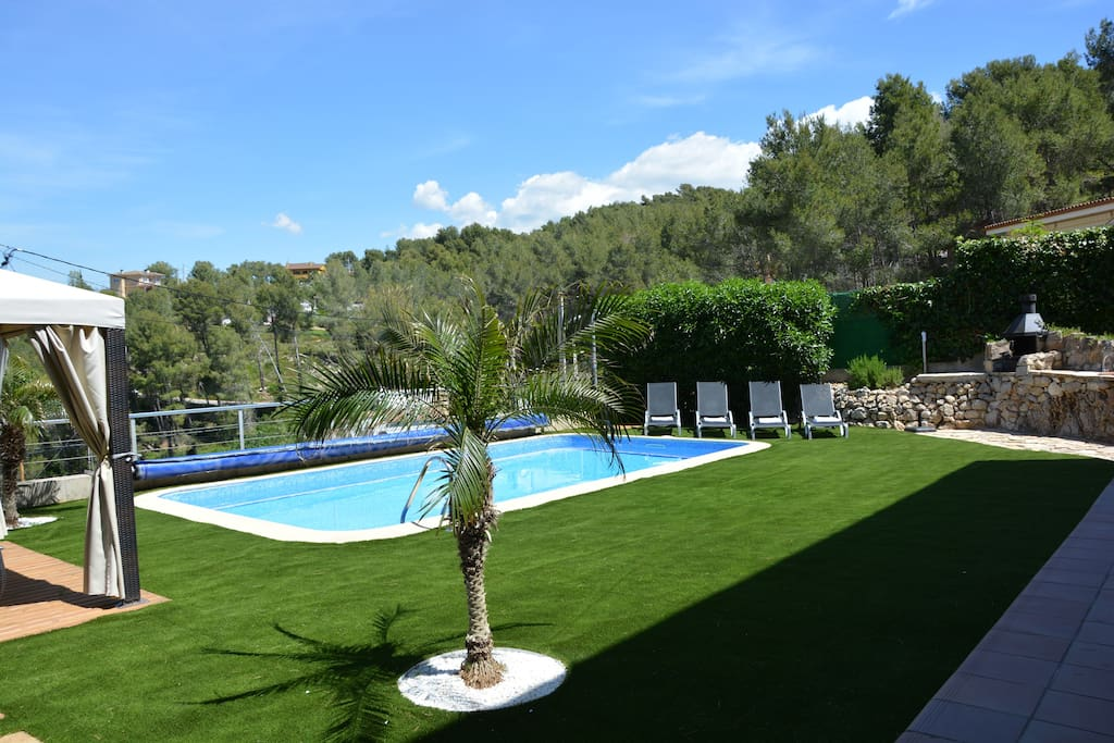 Calm and Warm Water and Weather to enjoy Hollidays. Pool 7*4 meters.  Sitges Villas.