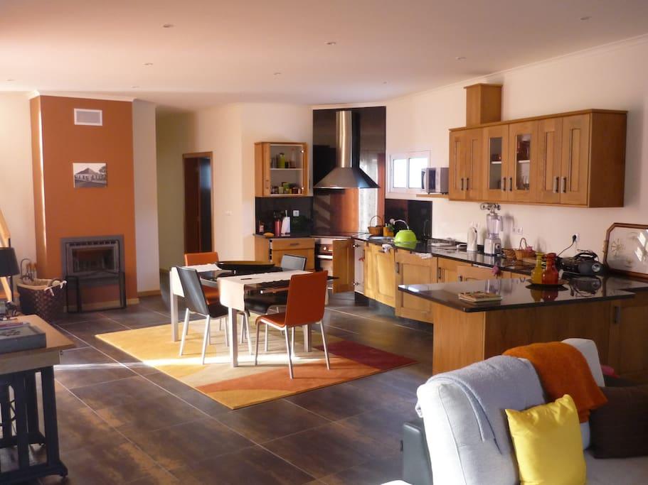 Entrée, salon, cuisine avec cheminée