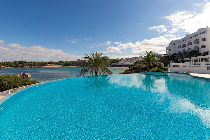 """Appartement en bord de mer """"Maluz"""" avec vue sur l'océan et sur les montagnes, terrasse et piscine commune ; parking disponible, animaux domestiques autorisés"""
