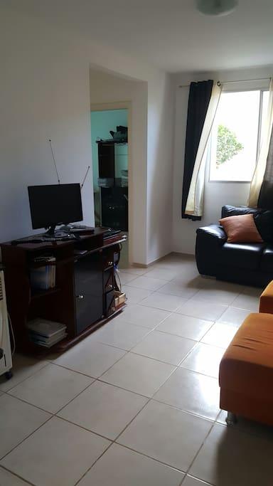 Sala de estar aconchegante, bem arejada  e iluminada dispõe  de duad poltronas e um sofá  de dois lugares