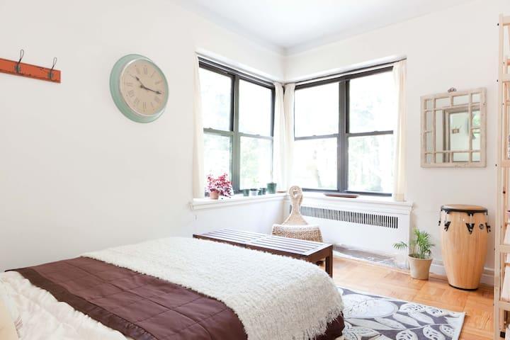 Beautiful Room in Park-Side Apt