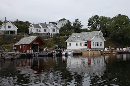 Koseligt hus ved sjøen i Straumen. - Haugesund