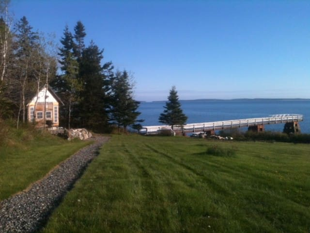 Waterfront Cabin 75 ft from water - Tremont - Cabaña
