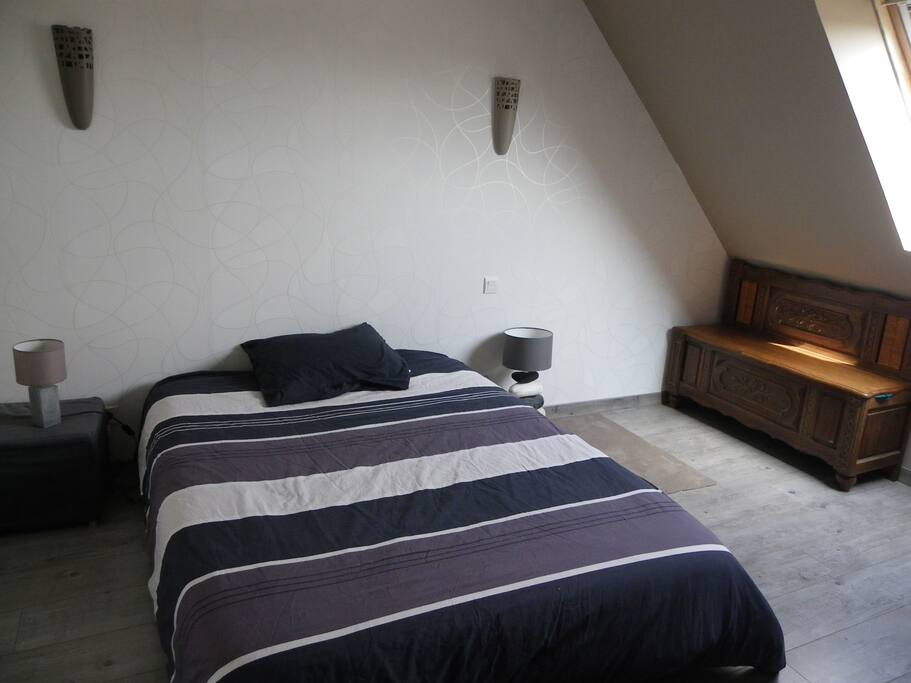 votre chambre, simple et spacieuse,avec placards