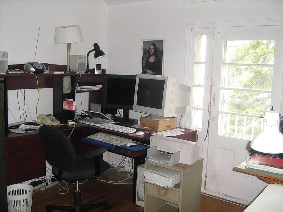Bureau, accès à un ordinateur et wi-fi.
