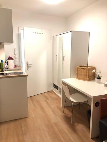 Zentrale mod. Wohnung mit Küche, Bad und Balkon