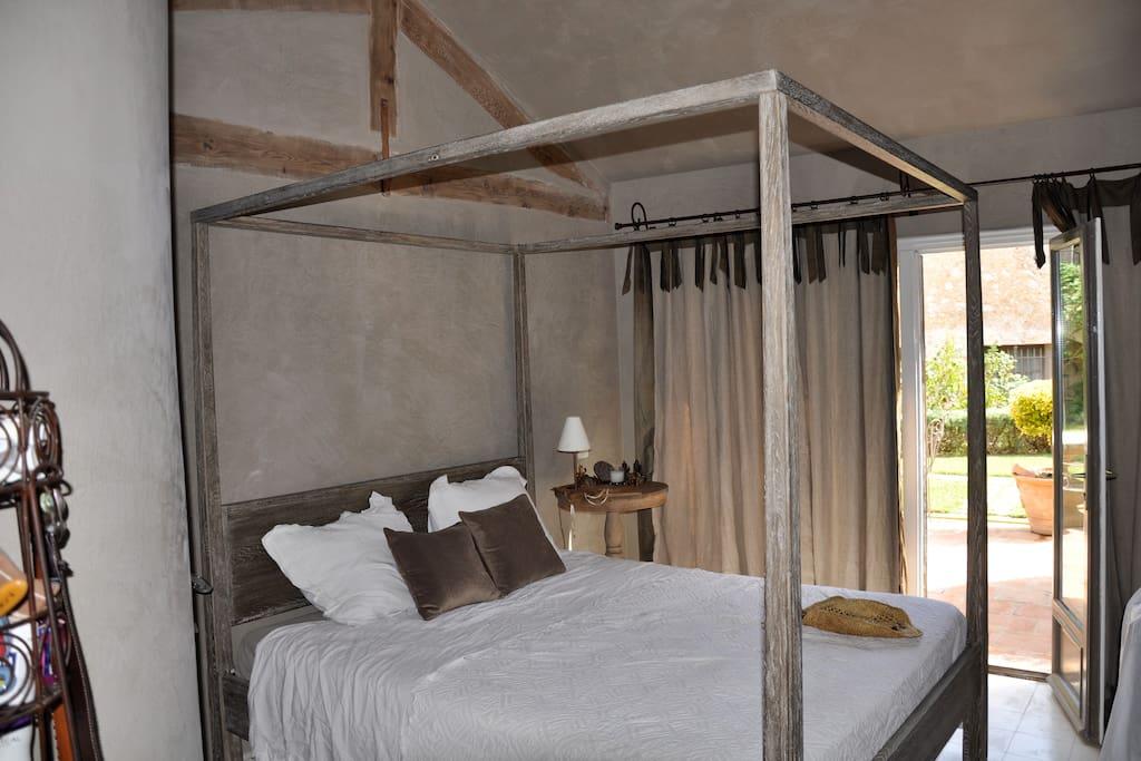 Creme Room: En-suite bathroom and kitchenette; TV; private terrace. EUR 150/night.