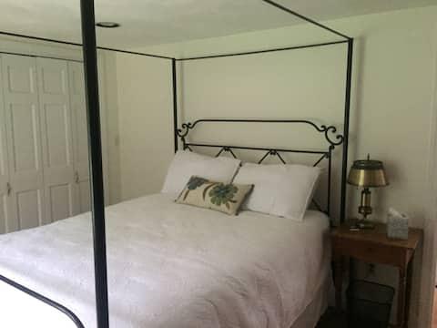 Bishop Suite - Private suite in historic Concord