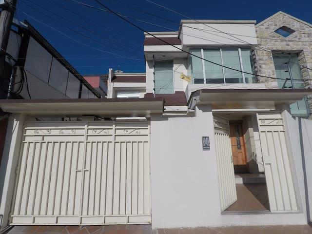 Casa familiar bien ubicada al norte de Quito