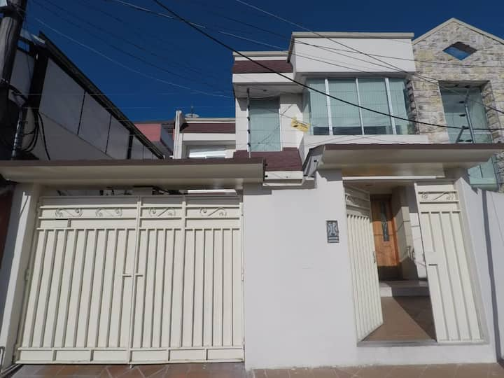Casa familiar bien ubicada al norte de Quito