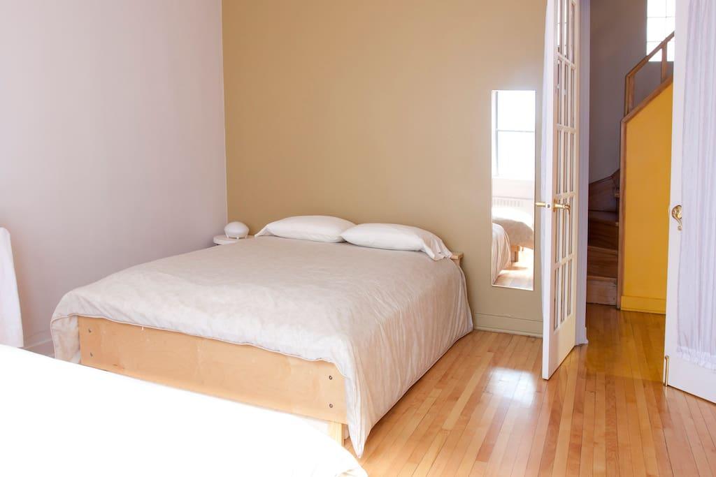 Chambre au rez de chaussée avec 1 lit double et 1 lit simple, très spacieuse