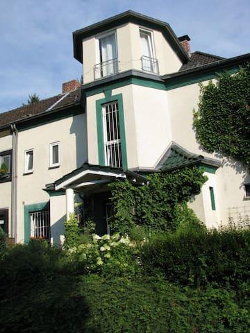 großzügiges Zimmer in alter Villa - Bergisch Gladbach - Willa